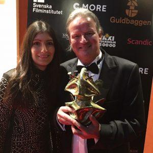 Jan Sandström med dottern Minea och den ärofyllda guldbaggen.